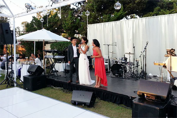 Sân khấu của đám cưới đơn giản với lụa trắng. Trước sân khấu là một khoảng không lớn để cô dâu chú rể cùng nhau khiêu vũ trong điệu nhảy đầu tiên.