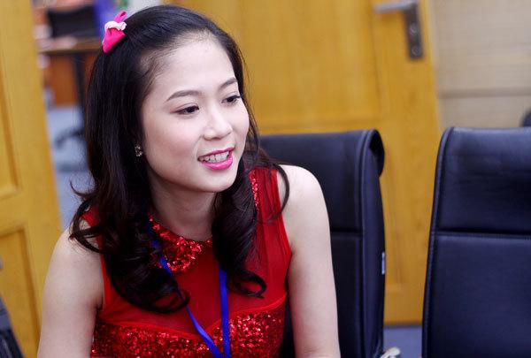 Nguyễn Thị Thanh Huyền hơi màu mè với váy đỏ rực và son hồng đậm.