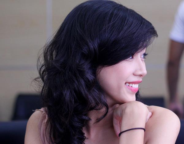 Nhấn nhá vào môi và mắt, để tóc tự nhiên, nhẹ nhàng giúp các thí sinh khoe được vẻ đẹp tự nhiên, tươi tắn.