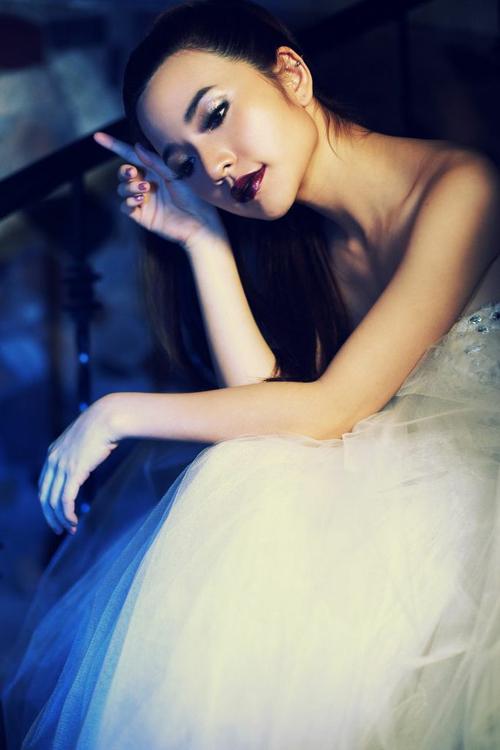 Phong cách trang điểm này nhấn vào đôi môi nên kiểu tóc cần thực hiện đơn giản để toát lên sự năng động, trẻ trung.