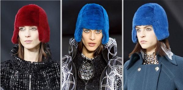 Tại show của Chanel, mỗi người mẫu được đội một chiếc mũ đầy màu sắc, lấy cảm hứng từ chuyên gia thời trang Anna WIntour. Kiểu tóc do chuyên gia Sam McKnight thực hiện.