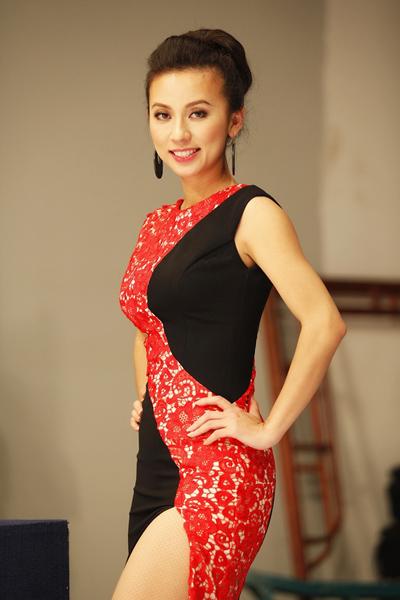 Huyền Ny mang theo nhiều trang phục với những phong cách khác nhau để thay đổi.