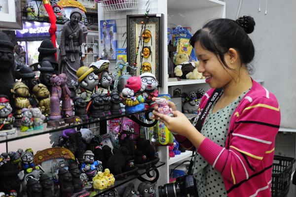 Những cửa hàng bán đồ lưu niệm tại các điểm du lịch giá rẻ hơn các cửa hàng trong phố.