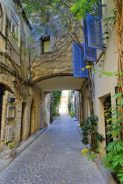 Con phố nhỏ nằm trong thị trấn cổ Antibes thuộc miền đông nam nước Pháp. Dọc hai bên đường nhỏ là những cửa hàng lưu niệm xinh xắn và nhà ở của người dân.