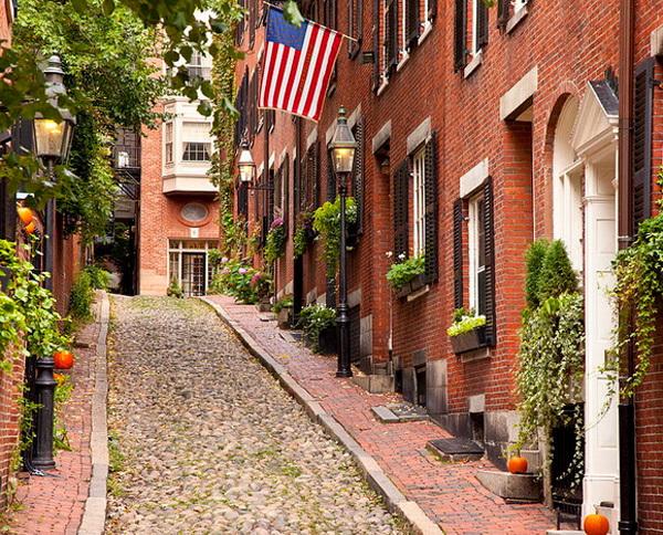 """Phố Acorn ở Beacon Hill, Boston được mệnh danh là """"con phố được chụp ảnh nhiều nhất nước Mỹ"""". Con đường nhỏ lát đá cuội cùng với những ngôi biệt thự tông nâu đỏ hai bên khiến cho con phố nhỏ mang một vẻ đẹp đầy thu hút."""