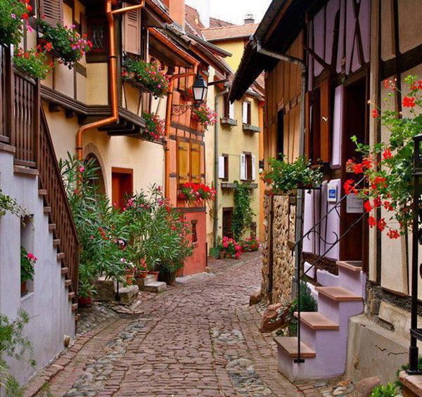 Những con hẻm gập ghềnh gạch đá lát thủ công với hai bên là những ngôi nhà kiến trúc dễ thương, ban công nhỏ xinh rực rỡ sắc hoa tươi tắn là hình ảnh bạn sẽ dễ dàng bắt gặp khi tới ngôi làng Eguisheim ở miền đông bắc nước Pháp.