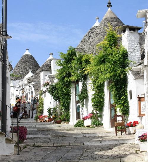 Du khách tới Alberobello, một thị trấn thuộc tỉnh Bari, Puglia (Italy) thường không bỏ qua cơ hội dạo bước trên những con hẻm nhỏ với hai bên là những ngôi nhà kiến trúc độc đáo.