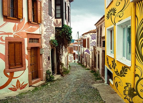 Con đường nhỏ với những ngôi nhà được trang trí bằng hình vẽ hoa lá nhiều màu sắc nghệ thuật nằm trên đảo Cunda, một hòn đảo nhỏ nằm ở phía tây bắc biển Aegean, thuộc tỉnh Balıkesir (Thổ Nhĩ Kỳ).