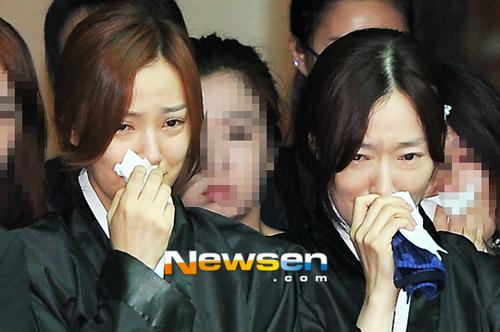 Son Tae Young và chị gái gương mặt hốc hác, đau khổ khi cha từ giã cõi đời.