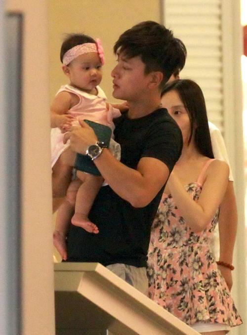 Vợ chồng Lý Tiểu Lộ, Giả Nãi Lượng bế con gái đi chơi tại khu mua sắm hôm cuối tuần. Em bé