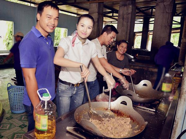 Sáng 14/7, Cao Thuỳ Dương đi từ thiện cùng nhóm từ thiện Bếp Ăn Nhân Ái tại Trung tâm bảo trợ xã hội Chánh Phú Hoà (tại Bến Cát - Bình Dương) trực thuộc quản lý của sở thương binh xã hội TP. Hồ Chí Minh