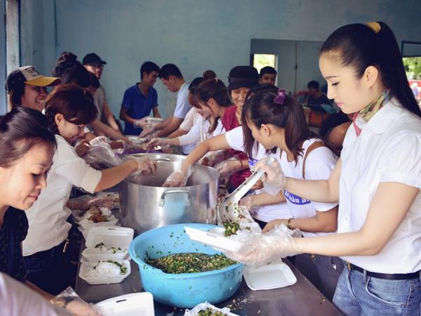 Cao Thùy Dương cùng các tình nguyện viên nấu khoảng 1.300 suất ăn.