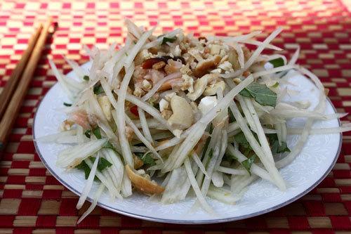 Món ăn có vị đặc trưng kiểu Thái với vị cay, chua nhẹ quyện cùng mùi thơm của tôm khô và đu đủ giòn ngọt.