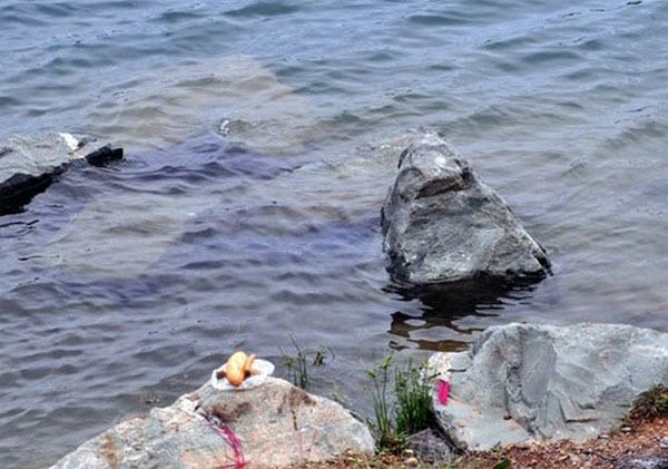 Khu vực hồ đá mà cô dâu chú rể chụp ảnh cưới phát hiện xác chết.