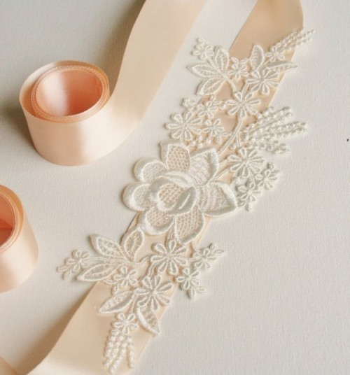 Với một chút khéo léo, cô dâu có thể tự chế băng đô, dây lưng với những miếng ren bông bán sẵn.