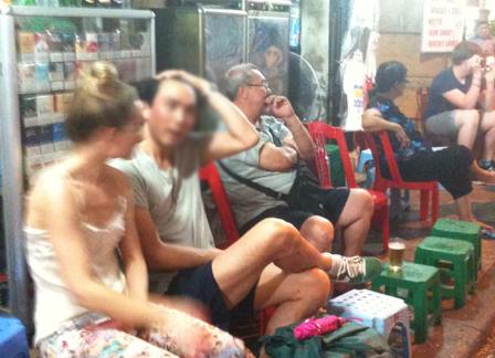 Hàng đêm, các con phố Tây ở Hà Nội nhộn nhịp những cặp tình nhân trai Việt gái Tây.
