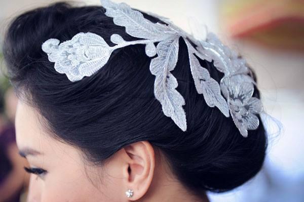 Kiểu tóc búi đính ren bông thanh lịch, nhẹ nhàng của Kim Phượng trong lễ đính hôn.
