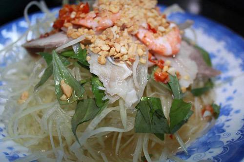 Món nộm đu đủ tôm thịt được xem là món ăn chơi hợp khẩu vị của nhiều người.