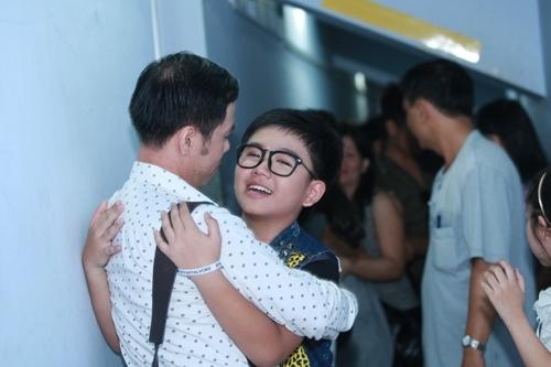 Chí Long chia sẻ niềm vui với chuyên gia tâm lý Huỳnh Văn Sơn - người đã cho bé những lời khuyên để bé vững tin trước khi bắt đầu phần trình diễn của mình.