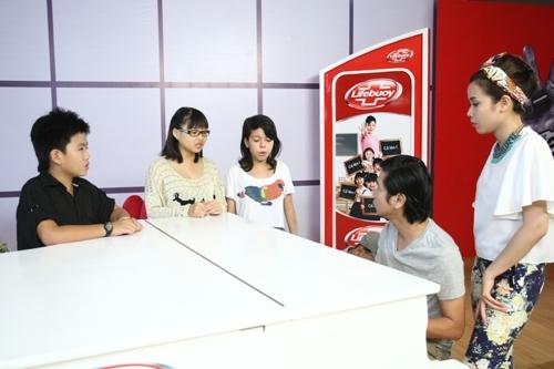 Vợ chồng Hồ Hoài Anh - Lưu Hương Giang tập trung chình sửa lỗi cho các học trò yêu.