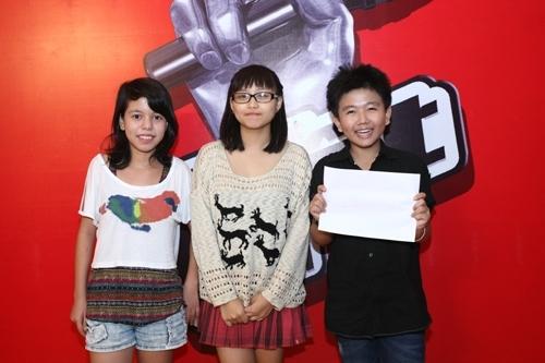 Chí Long mừng rỡ khoe chữ ký của quán quân The Voice 2012 - Hương Tràm ký tặng.