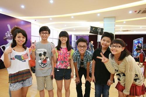 Các thí sinh The Voice Kids cùng pose ảnh xì teen.