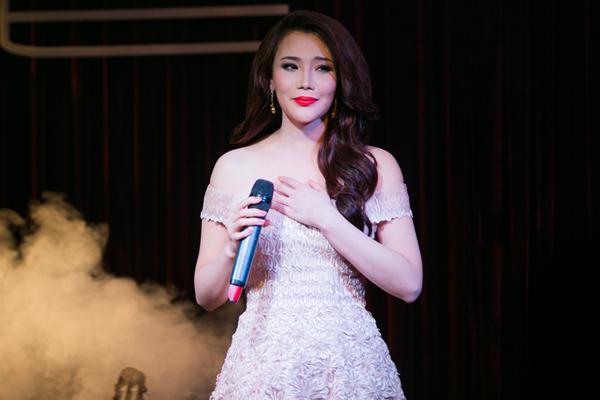 Ca sĩ Hồ Quỳnh Hương xinh đẹp và quyến rũ trong họp báo chiều 16/7 tại TP HCM. Ảnh: Alex Cui