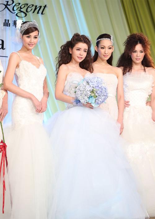 Đường Yên và các bạn diễn trên sân khấu thời trang.