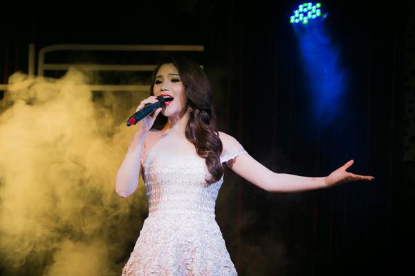 Hồ Quỳnh Hương hơi rụt rè ở đầu chương trình, nhưng càng về cuối cô hát càng 'sung' và trò chuyện thoải mái hơn. Ảnh: Alex Cui