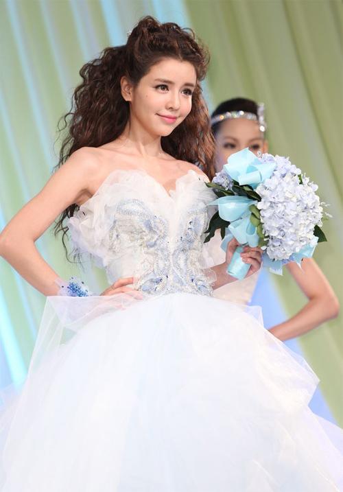 Lý Dục Phân tham gia buổi trình diễn thời trang cưới hôm đầu tuần, cô diện những bộ váy cô dâu nổi bật