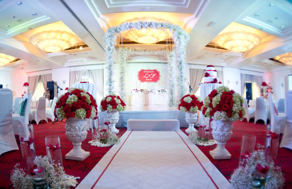 Không gian tiệc ngập tràn hoa đỏ và điểm xuyết là những cành hoa baby trắng đẹp tinh khôi.