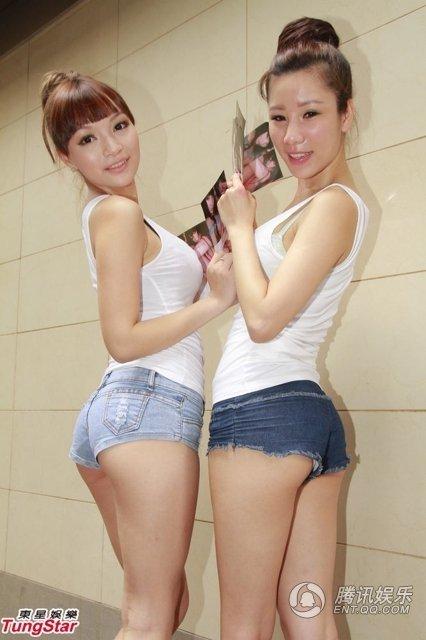 Hai mẫu khoe đường cong với áo trễ ngực và quần short.