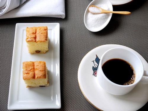 Mềm mại như bông mà lại thơm nức mùi nho, thêm chút vị rhum trắng nữa, bánh rhum nho là bữa sáng tuyệt vời bên ly cà phê nóng.