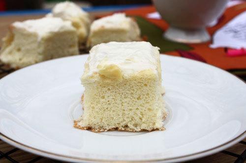 Bánh bông lan mềm, xốp nhẹ, được phết bên trên một lớp kem tươi, thơm mùi sầu riêng, thỉnh thoảng ăn trúng miếng sầu riêng thật là ngon.
