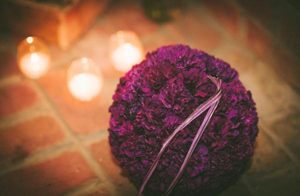 Quả cầu hoa trong đám cưới có thể là phụ kiện dành cho phù dâu, hoặc dành để treo tại những vị trí đặc biệt của đám cưới.