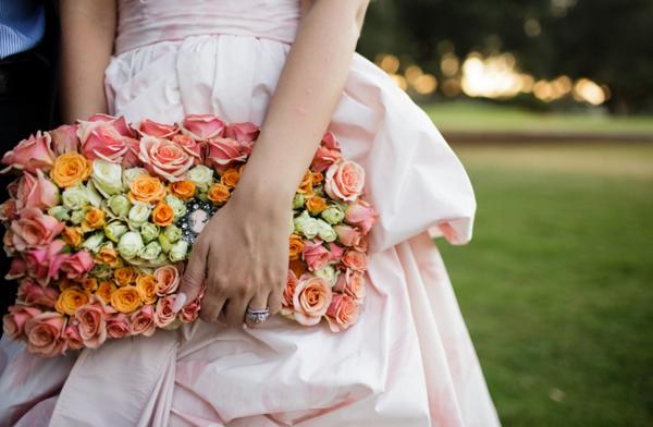 Cô dâu sẽ trở nên đặc biệt hơn khi có chiếc ví kết hoàn toàn từ hoa tươi làm đẹp cho mình.
