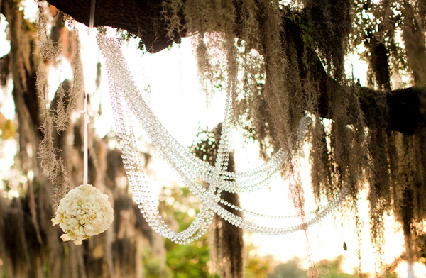 Cầu hoa treo trong đám cưới như những chiếc đèn lồng nhỏ đáng yêu.