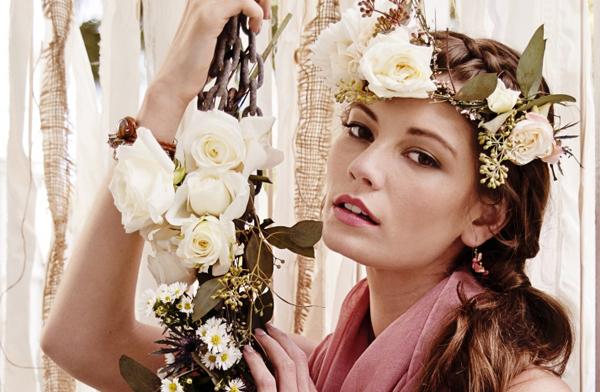Vòng hoa xinh đẹp sẽ làm cô dâu thêm lộng lẫy trong ngày cưới.