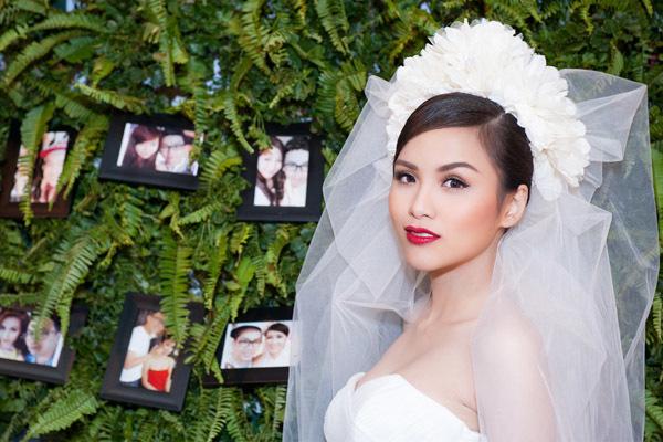 Cô hóa thân thành một cô dâu xinh đẹp.