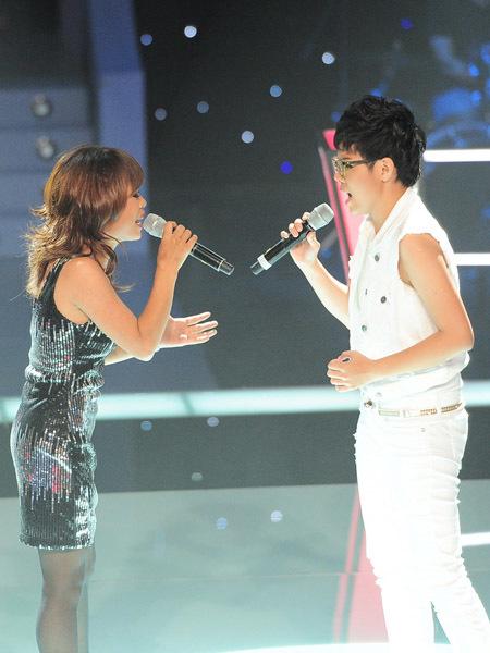'Bà mẹ đơn thân' Song Tú sở hữu giọng hát khàn, rè và có khả năng làm chủ sân khấu tốt.