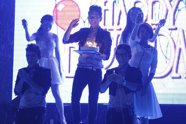 Sau khi hát xong, các chàng trai của V.Music mang bánh kem ra sân khấu và cùng đốt nến chúc mừng sinh nhật Hồ Anh - một thành viên trong nhóm.