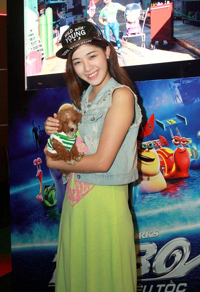 Á khôi Miss Ngôi Sao 2012 Hà Mjn cho cả cún cưng tới rạp chiếu phim.