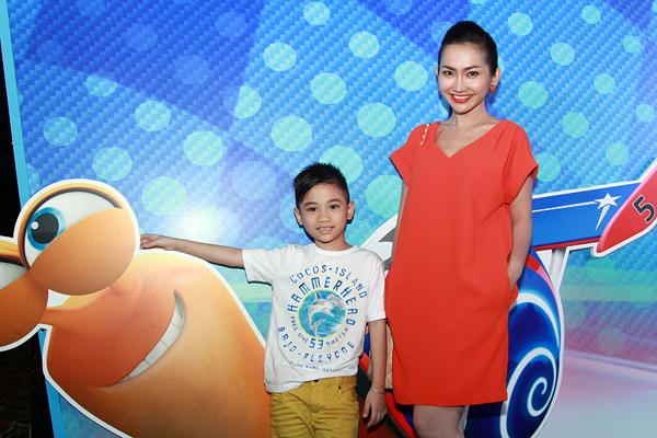 Nữ diễn viên cho biết, Sonic đã xem phim một cách vui vẻ và khi thấy nhân vật mẹ lồng tiếng xuất hiện, cậu bé