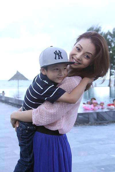 Bé Bảo Nam rất yêu thương em gái.