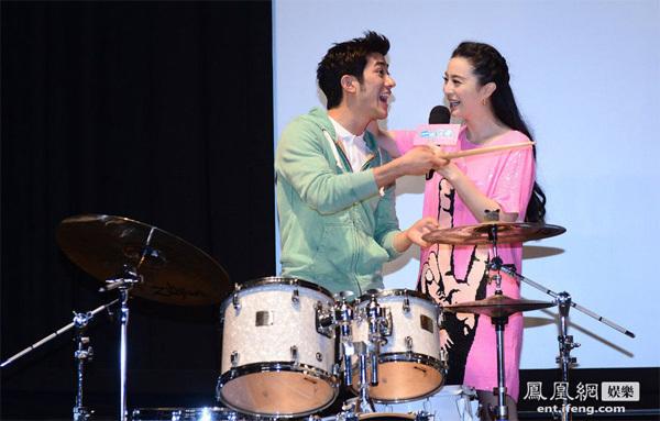 Băng Băng đã cùng thu âm ca khúc Đêm vui bất ngờ cùng Lý Trị Đình.