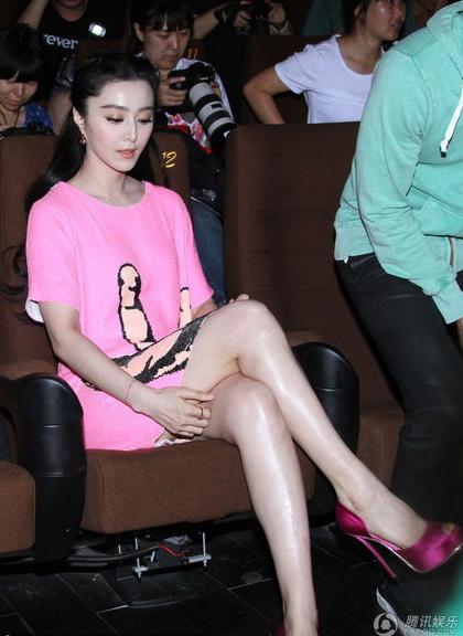 Người đẹp cũng khoe đôi chân dài nuột nà, gợi cảm.
