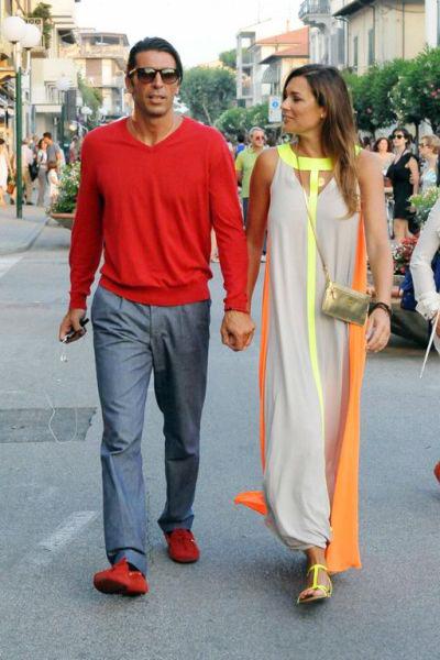 Hôm cuối tuần, vợ chồng Buffon trở thành tâm điểm trên đường phố ở khu nghỉ mát Forte de Marmi (Italy) bởi những bộ trang phục không thê nổi bật hơn.