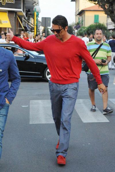 Trong khi đó, thủ thành đào hoa của Juve mặc áo đỏ và đi đôi giày cùng màu rực rỡ.