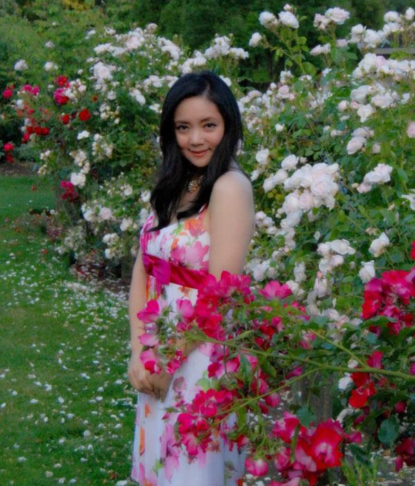 Trương Lợi đặc biệt thích tạo dáng bên hoa.