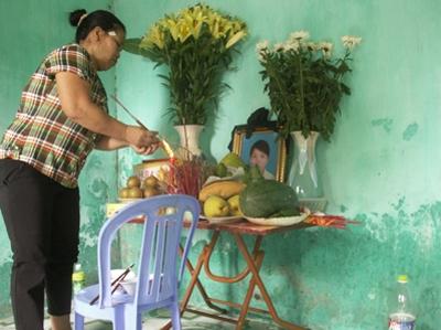 Bà Trần Thị Thắng, mẹ em Hoài thắp nhang cho con gái.